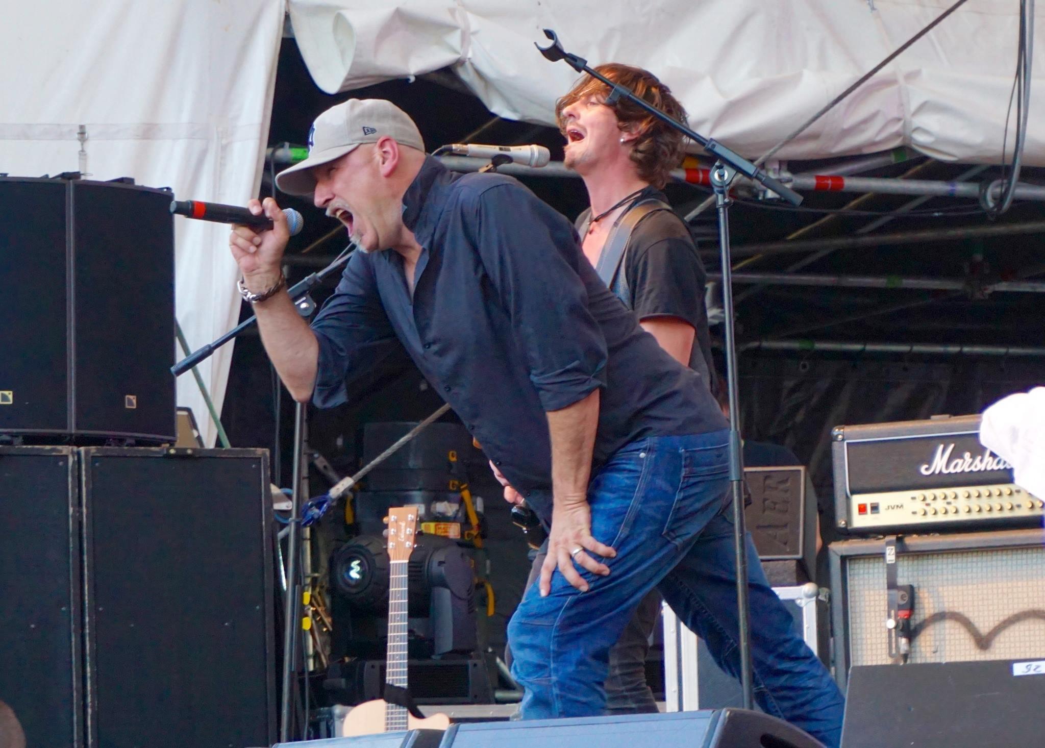 Kai Wingenfelder auf der Bühne mit Funkmikrofon. Quelle: Monika Haake-Kirchhoff